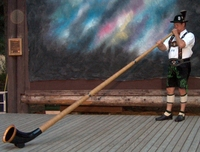 Roger_playing_alphorn_2